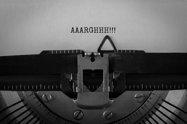 Testo aaarghhh digitato sulla macchina da scrivere retrò, immagine di riserva