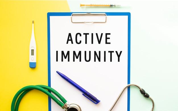 Testo immunità attiva su una carta intestata in una cartella medica stetoscopio