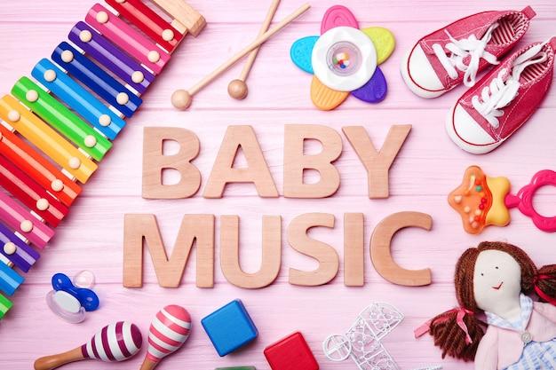 Testo baby music e giocattoli sulla tavola di legno
