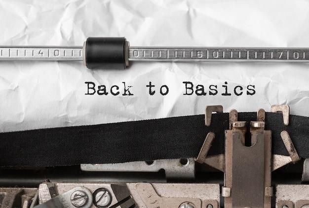 Testo di ritorno alle origini digitato sulla macchina da scrivere retrò