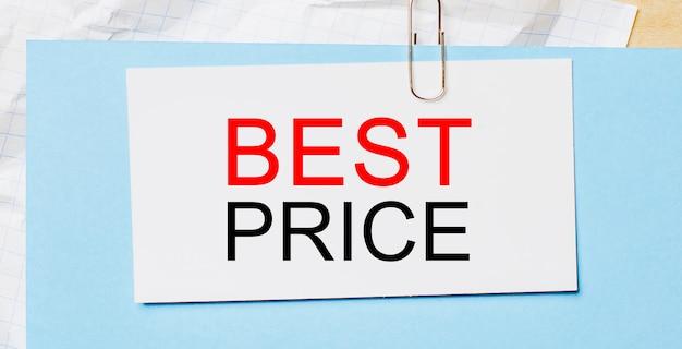 Testo miglior prezzo su una carta bianca su una parete blu