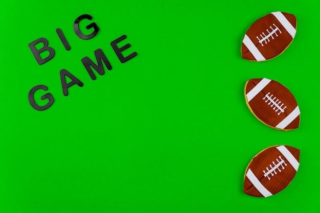 Testo grande gioco su sfondo verde per la stagione di football americano. sport professionistico.