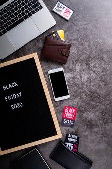 Testo venerdì nero su lavagna in feltro nero con portafogli