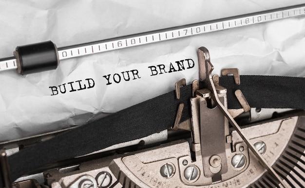 Testo build your brand digitato su una macchina da scrivere retrò