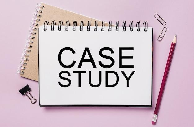 Testo caso di studio su un blocco note bianco con spazio di cancelleria per ufficio