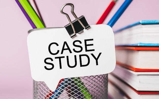 Testo case study su un adesivo bianco con spazio di cancelleria per ufficio