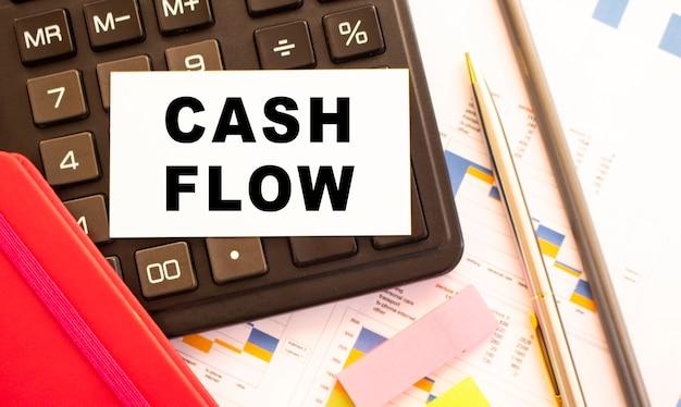 Testo cash flow su cartoncino bianco con penna in metallo. business e concetto finanziario