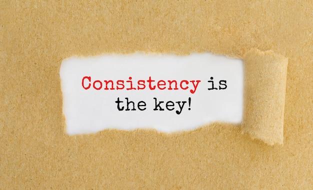 La coerenza del testo è la chiave che appare dietro la carta marrone strappata.