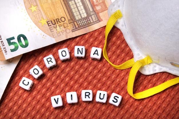 Testo coronavirus parola, maschera protettiva bianca, banconote europee euro