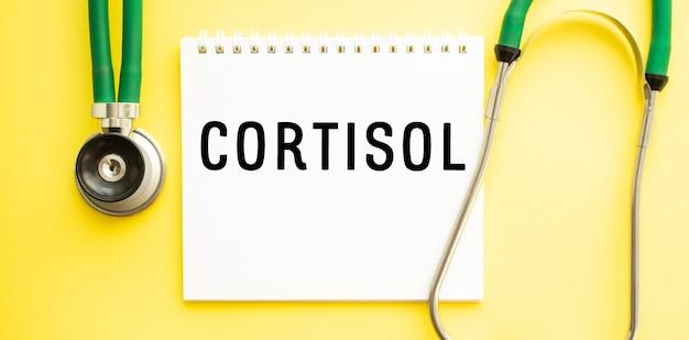 Testo cortisol sul taccuino con lo stetoscopio