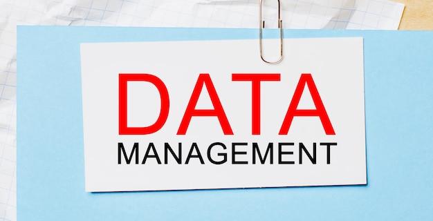 Testo gestione dati su cartoncino bianco su spazio blu