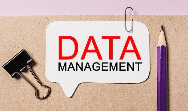 Testo gestione dati su un adesivo bianco con spazio di cancelleria per ufficio