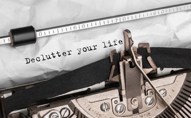 Testo declutter tua vita digitato su una macchina da scrivere retrò