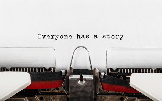 Testo ognuno ha una storia digitata su una macchina da scrivere retrò