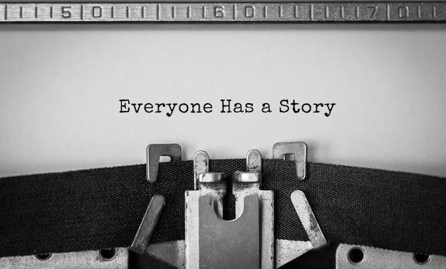 Testo che ognuno ha una storia digitata sulla macchina da scrivere retrò