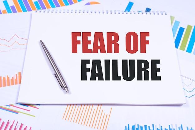 Testo paura del fallimento, isolato sfondo bianco con stampante e cartelle. concetto di affari.