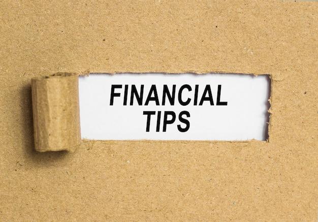 Il testo suggerimenti finanziari dietro carta marrone strappata.