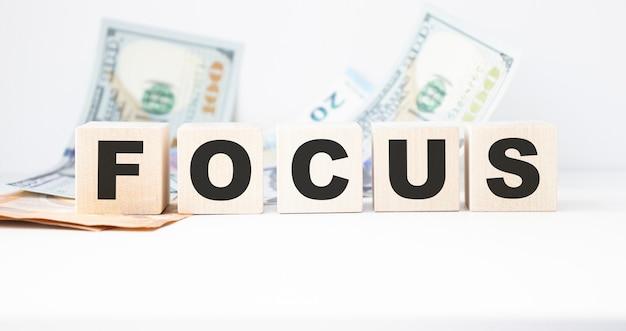 Testo di focus su cubi su sfondo chiaro