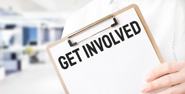 Testo fatti coinvolgere sul piatto di carta bianco nelle mani dell'uomo d'affari in ufficio. concetto di affari