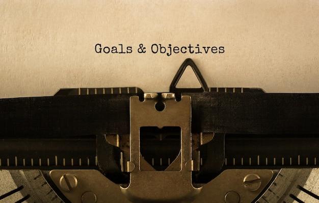 Obiettivi e obiettivi del testo digitati sulla macchina da scrivere retrò