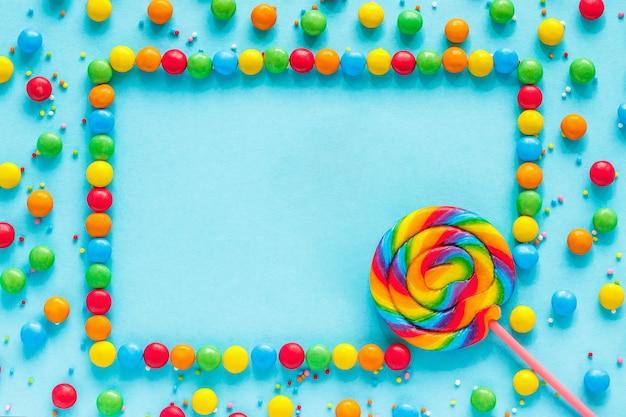Testo good day, biglietto di auguri, caramelle e lecca lecca