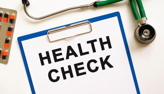 Testo health check nella cartella con lo stetoscopio