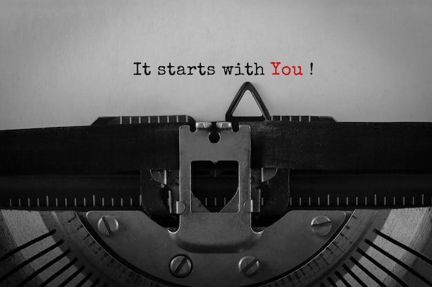 Testo inizia con te digitato su una macchina da scrivere retrò