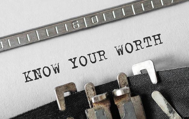 Testo know your worth digitato sulla macchina da scrivere retrò