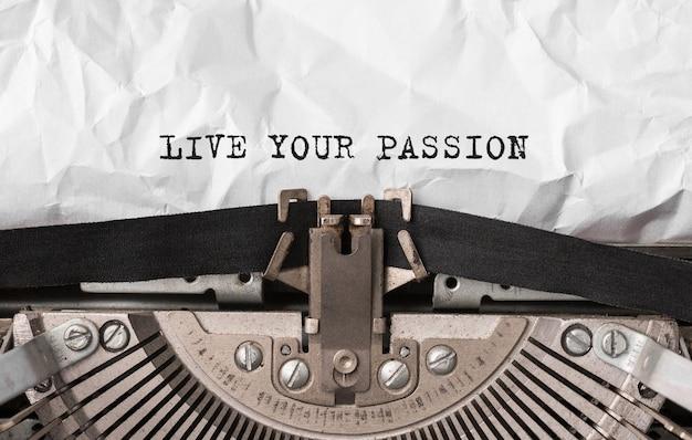 Testo vivi la tua passione digitato sulla macchina da scrivere retrò