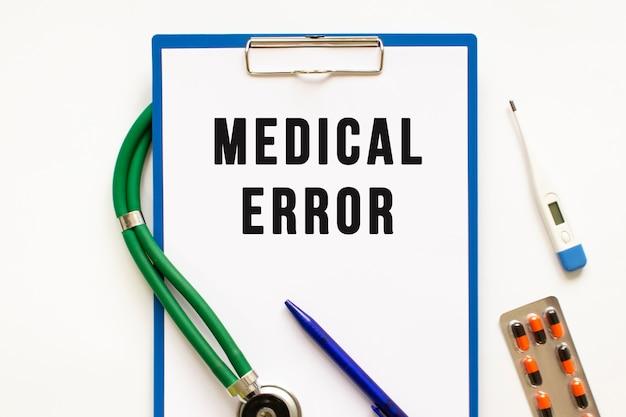 Testo errore medico nella cartella con lo stetoscopio. concetto medico.