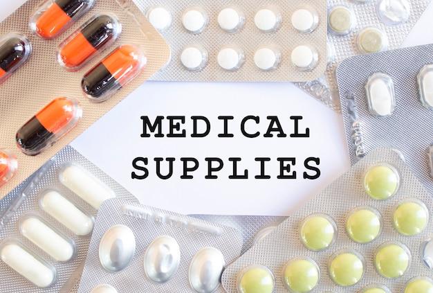 Testo forniture mediche vicino a varie pillole medicinali
