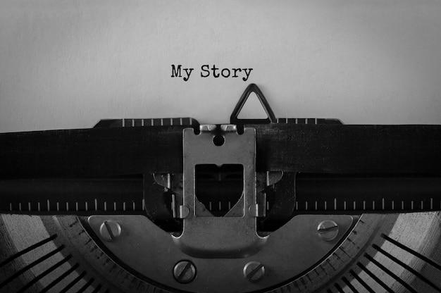 Testo la mia storia digitato sulla macchina da scrivere retrò