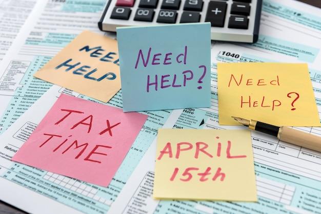 Il testo ha bisogno di aiuto o tempo fiscale sull'adesivo che giace su un modulo fiscale diverso