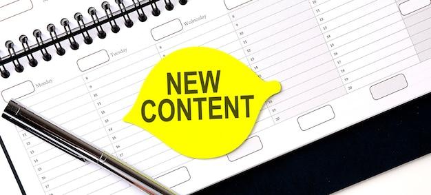 Testo nuovo contenuto su adesivo giallo sulla pianificazione