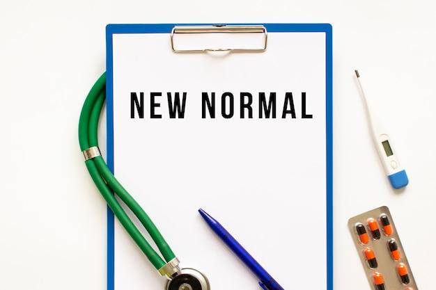 Testo nuovo normale nella cartella con lo stetoscopio