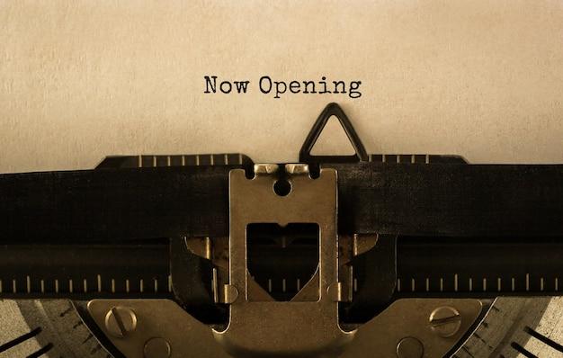 Testo ora apertura digitato sulla macchina da scrivere retrò