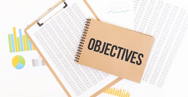 Obiettivi del testo sul blocco note di carta marrone sul tavolo con diagramma. concetto di affari