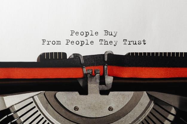 Testo che la gente compra da persone di cui si fidano digitato sulla macchina da scrivere retrò