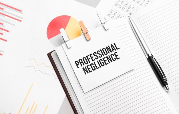 Testo negligenza professionale su adesivi sull'agenda con strumenti da ufficio