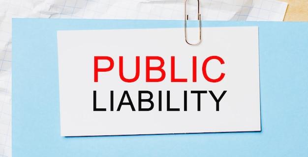 Testo responsabilità pubblica su cartoncino bianco su spazio blu