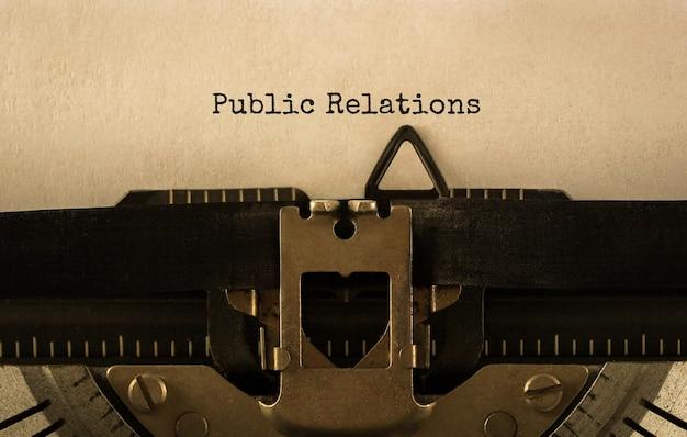 Testo di pubbliche relazioni digitato sulla macchina da scrivere retrò