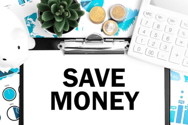 Testo risparmia denaro negli appunti. calcolatrice, piggy, moneta, grafici e grafici. disposizione aziendale.