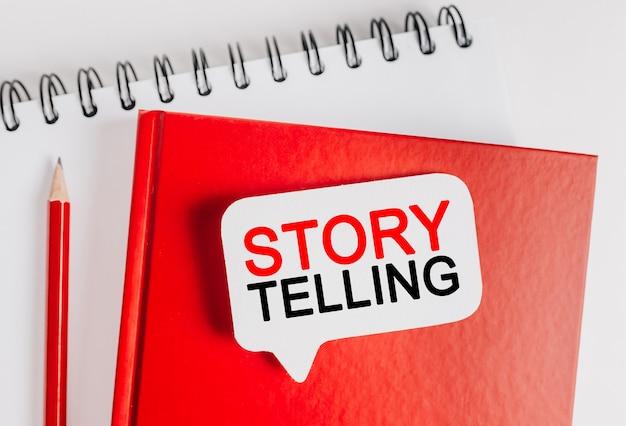 La narrazione testuale è il miglior marketing su un adesivo bianco su un blocco note rosso con cancelleria per ufficio