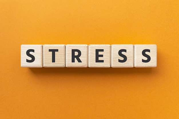 Stress del testo su cubi di legno pressione o tensione