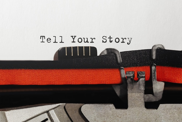 Testo racconta la tua storia digitato sulla macchina da scrivere retrò