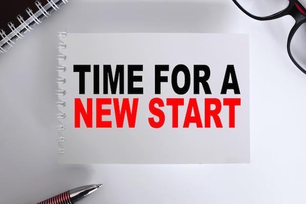 Testo tempo per un nuovo inizio . blocco note con occhiali e documenti di testo. concetto di affari
