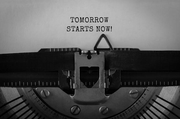 Text tomorrow inizia ora digitato su una macchina da scrivere retrò