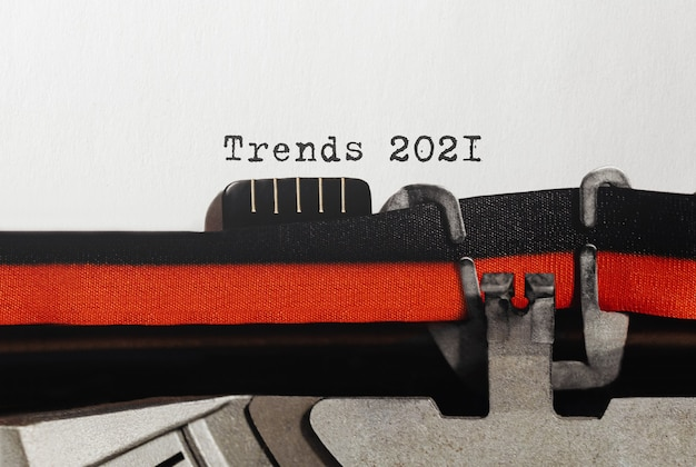 Text trends 2021 digitato su una macchina da scrivere retrò