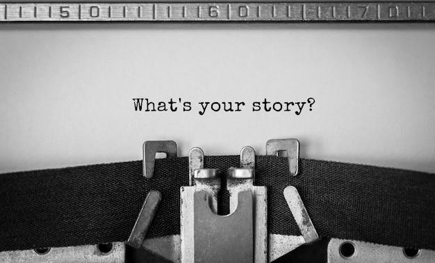 Testo qual è la tua storia digitata su una macchina da scrivere retrò