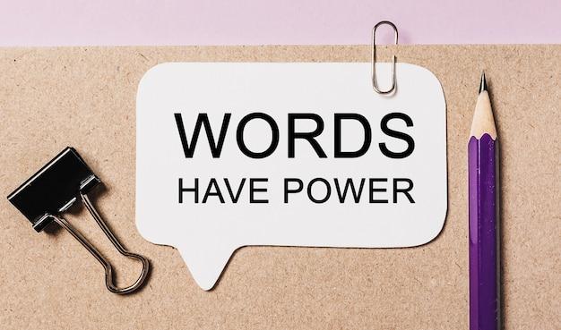 Le parole di testo hanno poweron un adesivo bianco con cancelleria per ufficio